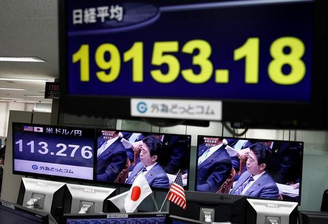 2月1日、安倍晋三首相は午後の衆議院予算委員会で、日本が通貨安を誘導してきたとトランプ米大統領が批判したことに関し、日銀による大胆な金融緩和策は日本経済を上昇させるために必要な政策であり、米国もやってきたことだ、と語った。写真は都内で撮影(2017年 ロイター/Kim Kyung Hoon)