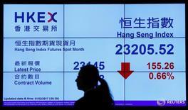 Экран с котировками в помещении Гонконгской фондовой биржи 1 февраля 2017 года. Фондовые индексы Гонконга снизились к концу торгов среды, так как трейдеры вернулись на рынок после длинных выходных и подхватили негативную динамику зарубежных площадок, обеспокоенных проводимой новым президентом США Дональдом Трампом политикой. REUTERS/Bobby Yip