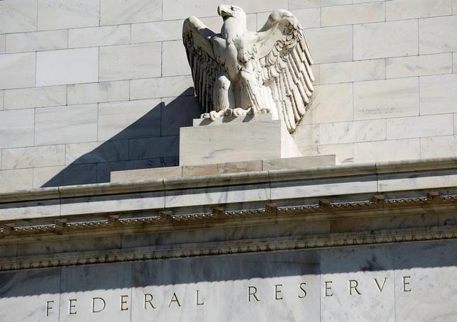2月1日、FOMCはFF金利の誘導目標を0 .50ー0.75%に据え置くことを全会一致で決定した。写真はワシントンのFRBビル、2012年4月撮影。(2017年 ロイター/Joshua Roberts)