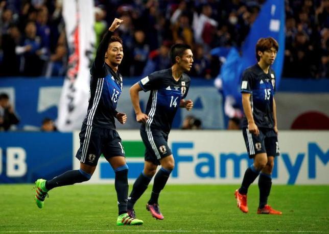 2月1日、サッカーJ1のC大阪は、日本代表MF清武弘嗣(左)がスペイン1部セビリアから完全移籍で加入すると発表した。埼玉スタジアムで2016年11月撮影(2017年 ロイター/Toru Hanai)