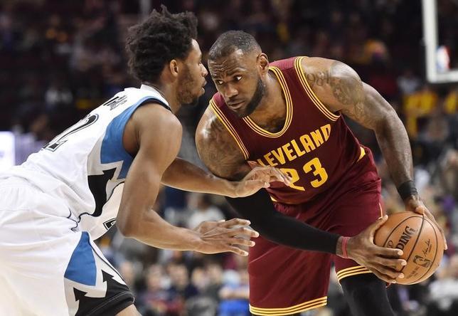 2月1日、NBAのキャバリアーズはティンバーウルブズに125─97で圧勝した。レブロン・ジェームズ(右)が27得点、8リバウンド、12アシストと活躍(2017年 ロイター/Ken Blaze-USA TODAY Sports)