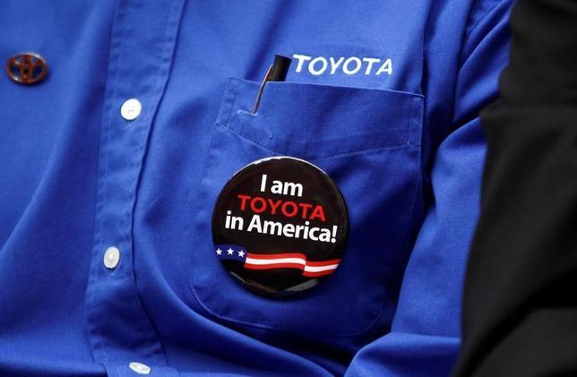 2月2日、関係筋によると、安倍首相とトヨタ自動車の豊田社長が3日午後6時半から、都内のホテルで会食し、北米での自動車生産などトランプ米大統領の政策と密接に関連するテーマで意見交換する。同社のワシントン工場で2010年撮影(2017年 ロイター/Kevin Lamarque)