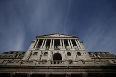 Здание Банка Англии в Лондоне. Банк Англии повысил прогноз экономического роста Великобритании на 2017 год, и, несмотря на тревогу некоторых членов руководства регулятора по поводу растущей инфляции, банк по-видимому не спешит поднимать ставки во время подготовки экономики к Brexit.  REUTERS/Peter Nicholls