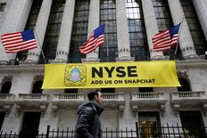 FUn signo de Snapchat se ve en la fachada de la Bolsa de Valores de Nueva York (New York Stock Exchange (NYSE)) en Nueva York, EEUU, 23 de enero de 2017.  REUTERS/Brendan McDermid/Foto de Archivo