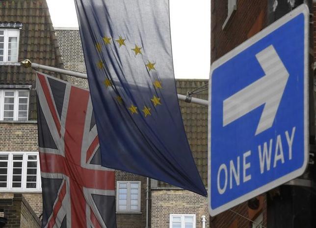 2月2日、英国政府は、EU離脱交渉に向けた「白書」を公表した。写真は、英国旗とEU旗。ロンドンで昨年11月撮影(2017年 ロイター/Toby Melville)