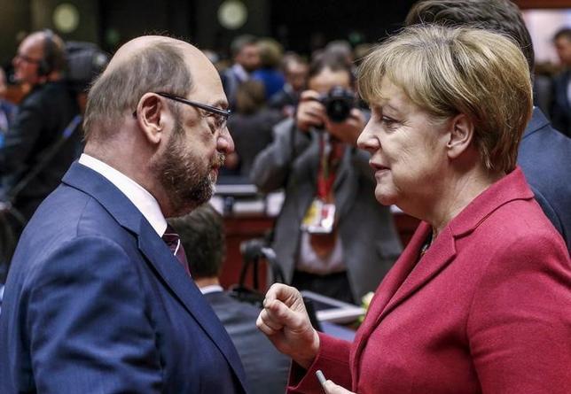 2月2日、今年9月に連邦議会選挙を控えるドイツの世論調査によると、連立与党である社会民主党のシュルツ欧州議会前議長(左)が首相候補に指名された後に、同党の支持率が8ポイント上昇し、28%になった。メルケル首相とブリュッセルのEUサミットで、昨年3月撮影(2017年 ロイター/Yves Herman)