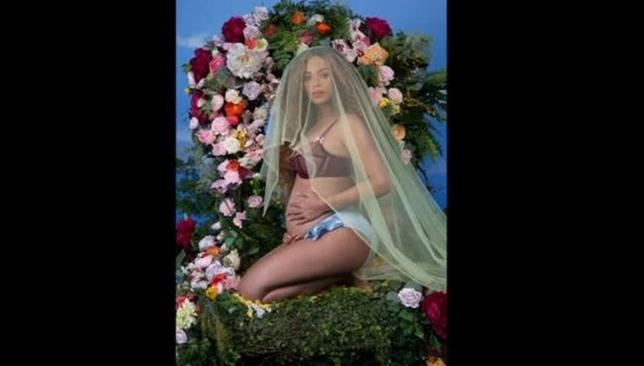 2月2日、ラップ歌手で実業家でもある夫ジェイ・Zとの間の双子の妊娠を発表した米歌手ビヨンセ(35)が、自身のウエブサイトbeyonce.comで妊娠中のヌード写真を公開した。掲載された写真の中には、白黒のヌード写真やトップレス、下着姿の写真もある。写真はBEYONCE.COMより。(2017年 ロイター)