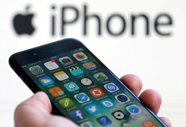 2月1日、米アップルはiPhone「7」と「7プラス」の10─12月期販売が予想を上回り、世界のスマホ出荷台数で首位の座に返り咲いた。写真は「7」。仏ボルドーで撮影(2017年 ロイター/Regis Duvignau)
