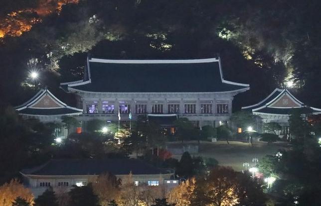 2月3日、韓国青瓦台(大統領府)は3日、朴槿恵大統領を巡る疑惑などを調べる特別検察の家宅捜索を、機密保持上の問題があるとして拒否した。写真は青瓦台。昨年11月提供写真(2017年 ロイター)