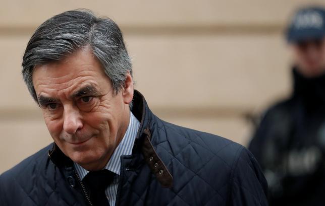 2月2日、フランス大統領選の中道・右派統一候補で、妻への不正給与支給疑惑が浮上しているフィヨン元首相を巡り、一部議員から、フィヨン氏が出馬を断念し、大統領選で勝利できる新たな候補を擁立すべきとの声が出ている。    写真はパリで1日撮影(2017年 ロイター/CHRISTIAN HARTMANN)