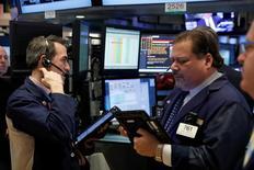 Трейдеры на торгах Нью-Йоркской фондовой биржи 31 января 2017 года. Фондовые индексы США завершили торги четверга вблизи показателей предыдущей сессии из-за приостановки ралли после комментариев президента Дональда Трампа о торговле и политике, которую он собирается проводить. REUTERS/Lucas Jackson