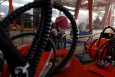 Una mujer trabaja en una industra en Qinhuangdao, China. 2 de diciembre 2016.La actividad del sector manufacturero de China se expandió por séptimo mes consecutivo, dando a Pekín más espacio para abordar los desequilibrios crónicos en la economía, aunque el ritmo de expansión se desaceleró respecto a diciembre, mostró el viernes un sondeo privado.   REUTERS/Thomas Peter