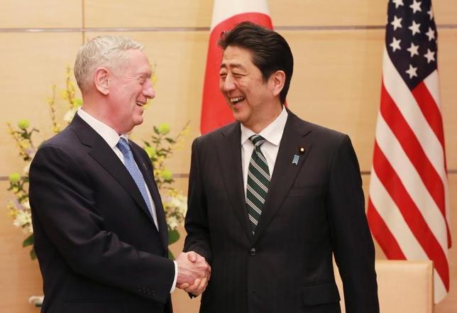 2月3日、トランプ米新政権の閣僚として初来日したマティス国防長官は安倍晋三首相と会談した。同長官は日本の安全保障に対する新政権の関与を確認した上で、日米同盟が強固であると強調した。代表撮影(2017年 ロイター/Eugene Hoshiko)