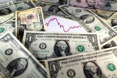 Доллары на фоне графика. Если наглядность и прозрачность лежат в основе стабильности финансовых рынков, комментарии Белого дома в отношении доллара США на этой неделе позволяют предположить, что инвесторы должны готовиться к росту волатильности курсов валют.     REUTERS/Dado Ruvic/Illustration