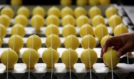 En la foto de archivo, una mujer trabaja en una fábrica de velas de citronela en Sao Joao da Boa Vista, Brasil.La actividad del sector de servicios en Brasil permaneció débil en enero, en una señal que hace temer por el ritmo de un repunte económico esperado tras dos años de profunda recesión.REUTERS/Paulo Whitaker/Foto de archivo