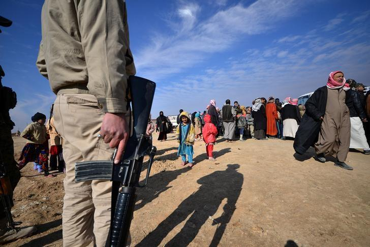Displaced people who fled from fighting with Islamic State militants arrive at Hashid Shaabi, or Popular Mobilization Forces (PMF), camp west of Mosul, Iraq January 30, 2017. Picture taken January 30, 2017. REUTERS/Stringer