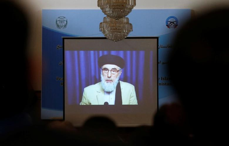 A screen shows the broadcast of Gulbuddin Hekmatyar during a signing ceremony with Afghan government at the presidential palace in Kabul, Afghanistan September 29, 2016. REUTERS/ Omar Sobhani - RTSPZKX