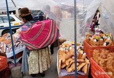 """Imagen de archivo de una mujer junto a un puesto de """"T'antawawas"""" (pan de niños) en un mercado popular en La Paz. 30 octubre 2016. La tasa de inflación de Bolivia subió un 0,1 por ciento en enero con respecto al mes anterior, informó el sábado el Instituto Nacional de Estadística (INE). REUTERS/David Mercado"""