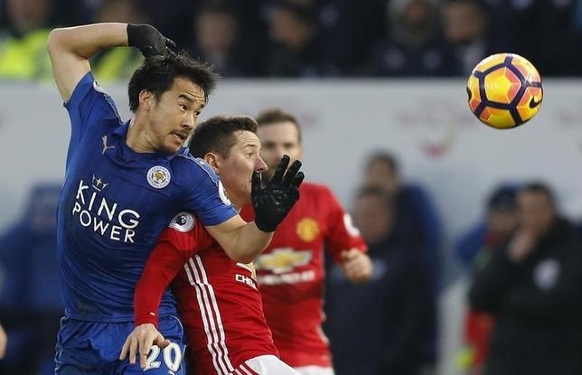 2月5日、サッカーのイングランド・プレミアリーグは各地で2試合を行い、岡崎慎司(左)が所属するレスターはマンチェスター・ユナイテッド(マンU)に0─3で敗れた。岡崎は先発出場し、ハーフタイムで交代した(2017年 ロイター)