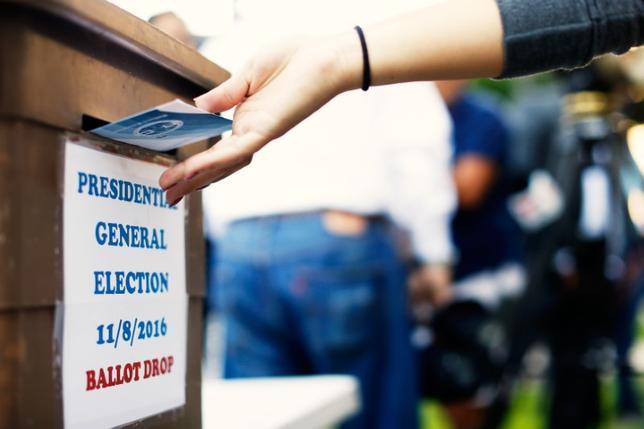 2月5日、トランプ米大統領は米フォックス・ニュースのインタビューで、昨年11月の大統領選挙で不正投票が行われた可能性について、ペンス副大統領をトップとする委員会を設置し、入念に調査する意向を示した。写真は大統領選に投票する女性。カリフォルニア州で昨年11月撮影(2017年 ロイター/Mario Anzuoni)