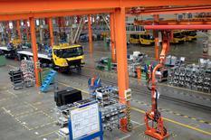 Imagen de archivo,  El piso de fábrica del grupo XCMG se ve en Xuzhou, provincia de Jiangsu, China.14 de agosto de 2015.El crecimiento del sector de servicios de China mantuvo su solidez en enero, ya que las empresas reportaron un fuerte aumento de los pedidos, aunque el ritmo de expansión disminuyó respecto al mes anterior, según un sondeo empresarial privado.   REUTERS/Brenda Goh/File Photo
