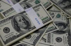 En la imagen, billetes de 100 dólares.  02/08/2013.  El dólar operaba estable el lunes después de que un flojo dato de salarios en Estados Unidos alejó cualquier especulación sobre un aumento a corto plazo en las tasas de interés de la Reserva Federal y selló la cuarta caída semanal consecutiva de la moneda, en su peor inicio de año en más de tres décadas.    REUTERS/Kim Hong-Ji/Illustration