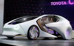 Концепт-кар Toyota Concept-i на пресс-конференции Toyota на выставке в Лас-Вегасе. Toyota Motor Corp и Suzuki Motor Corp сообщили в понедельник, что договорились о начале формальных переговоров с целью укрепить партнёрство в совместных закупках, строительстве экологичных автомобилей, IT и технологиях безопасности.   REUTERS/Rick Wilking