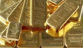 Imagen de archivo de unos lingotes de oro en Zúrich, nov 20, 2014. Los precios del oro subían el lunes hacia los máximos de 11 semanas que alcanzó el lingote la semana pasada, ya que el interés de los inversores era alentado por un escenario político complejo en Estados Unidos y Europea y un dólar más bajo. REUTERS/Arnd Wiegmann