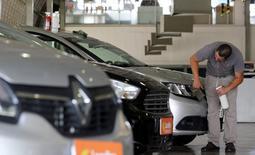 Un hombre limpia los autos a la venta en una automotora en Sao Paulo, Brasil. 5 de enero 2017.La producción de automóviles en Brasil disminuyó un 12,9 por ciento, mientras que las ventas se desplomaron un 28 por ciento en enero respecto a diciembre, informó el lunes la Asociación Nacional de Fabricantes de Vehículos Automotores (Anfavea). REUTERS/Paulo Whitaker - RTX2XNXH