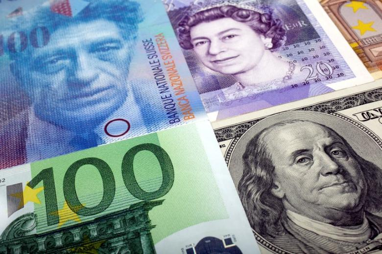 FILE PHOTO:  A picture illustration of  U.S. dollar, Swiss franc, British pound and Euro bank notes January 26, 2011.      REUTERS/Kacper Pempel/Illustration/File Photo