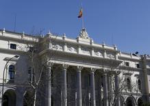 El Ibex-35 cerró el lunes en negativo en una jornada escasa de referencias económicas y empresariales dentro y fuera de España, en la que los bancos y la incertidumbre en Wall Street ejercieron de lastre.  En esta imagen de archivo, el edificio de la Bolsa de Madrid. REUTERS/Paul Hanna