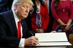 El Banco Central Europeo rechazó el lunes las acusaciones de Estados Unidos de que la entidad regional esté realizando manipulación monetaria y advirtió que desregular a la industria financiera, ahora un tema muy debatido en Washington, podría sembrar las semillas de la próxima crisis financiera mundial. Imagen de Donald Trump firmando la orden ejecutiva para eliminar la ley Dodd-Frank de 2010 sobre Wall Street en la Casa Blanca en Washington, EEUU, el 3 de febrero de 2017.  REUTERS/Kevin Lamarque