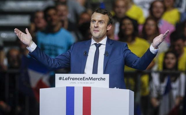 2月6日、最新の世論調査によると、フランス大統領選の決選投票では、中道系の独立候補、マクロン前経済産業デジタル相(写真)が極右政党、国民戦線(FN)のルペン党首を大きく引き離し勝利すると見込まれている。リヨンで4日撮影(2017年 ロイター/Robert Pratta)