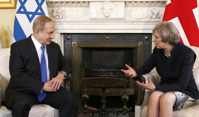 2月6日、英国とイスラエルの首脳会談が、ロンドンで行われた。写真は会談するイスラエルのネタニヤフ首相(左)と英国のメイ首相。ロンドンで撮影(2017年 ロイター/Peter Nicholls)