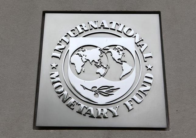 2月6日、国際通貨基金(IMF)は、ギリシャの経済成長率が救済プログラムの影響で長期にわたって1.0%未満にとどまるものの、IMF理事会の多数派が求める財政黒字目標は達成可能との見通しを発表した。写真はIMFのロゴ。ワシントンで2013年4月撮影(2017年 ロイター/Yuri Gripas)