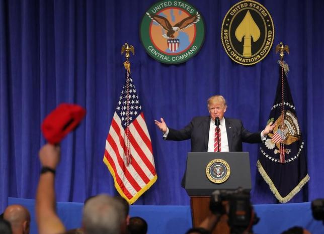 2月7日、トランプ米大統領は6日、フロリダ州のマクディル空軍基地で兵士らを前に演説し、メディアがイスラム過激派による欧州での攻撃を取り上げていないと非難した。同空軍基地で特殊作戦軍と中央軍の代表者らを前に演説するトランプ大統領(2017年 ロイター/Carlos Barria)