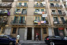 La plataforma de alquileres Airbnb dijo el martes que ha presentado al Ayuntamiento de Barcelona un nuevo plan específico para la ciudad, en un intento de suavizar las tensas relaciones que mantiene con el consistorio después de recibir varias multas y tener que retirar centenares de anuncios de su página web. En la imagen, carteles contra los apartamentos turísticos en valcones de la zona de la Barceloneta, en Barcelona, España, el 18 de agosto de 2015. REUTERS/Albert Gea