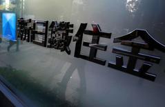 Un logo de Sumitomo Metal Mining Co se representa fuera de su sede en Tokio, Japón. 9 de noviembre 2012. Sumitomo Metal Mining Co Ltd dijo el martes que prevé una pérdida neta de 15.000 millones de yenes (134 millones de dólares) para el año que terminará en marzo, frente a una estimación previa de utilidades, debido a enormes amortizaciones en la mina de cobre de Sierra Gorda, en Chile. REUTERS/Yuriko Nakao/File Photo