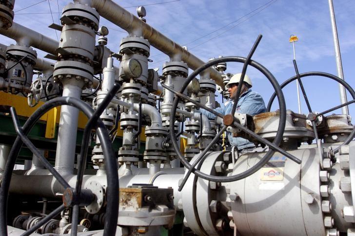 FILE PHOTO:  A worker checks the valves at Al-Sheiba oil refinery in Basra, Iraq, January 26, 2016.   REUTERS/Essam Al-Sudani/File Photo