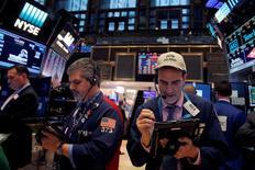 La Bourse de New York a ouvert dans le vert mardi, de bons résultats des entreprises et la bonne tenue du secteur financier prenant un peu le pas sur les inquiétudes liées à la politique protectionniste de Donald Trump. L'indice Dow Jones gagne 0,33%. Le Standard & Poor's 500 progresse de 0,18% et le Nasdaq Composite prend 0,21%. /Photo prise le 21 décembre 2016/REUTERS/Andrew Kelly