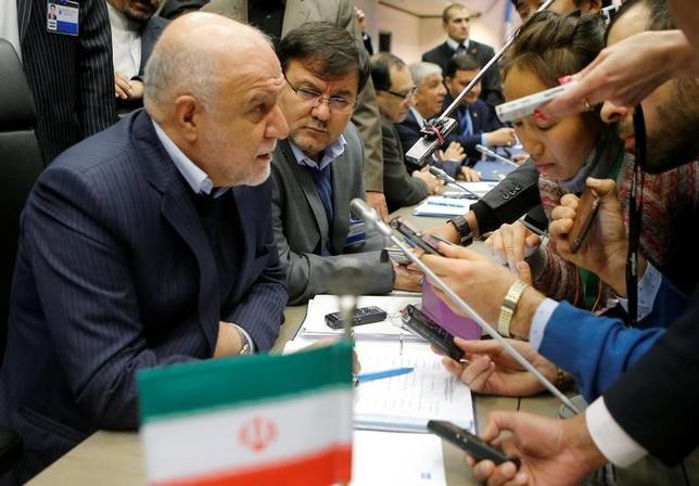 2月7日、イランのザンギャネ石油相は、OPECによる原油の減産量を2017年下期に「もう少し」拡大すべきとの見方を示した。ファルス通信が伝えた。写真は昨年11月オーストリア・ウィーンで開催されたOPEC第171回総会で、記者会見に応じるギャネ石油相(2017年 ロイター/Heinz-Peter Bader)