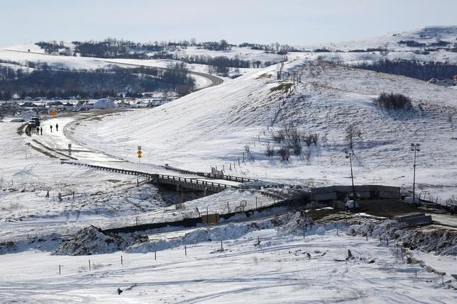 2月7日、米陸軍省は、ダコタ・アクセス・パイプライン建設計画を推進するトランプ氏の大統領令を受け、最終承認を出す見通し。同計画は先住民や環境保護団体が反対している。写真は、建設に反対する先住民らの、ノースダコタ州近郊キャノンボールデモ隊キャンプの北部、バックウォーター・ブリッジに建つ警察のバリケード。1月撮影(2017年 ロイター/Terray Sylvester)