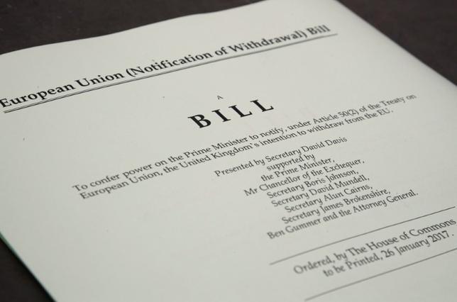 2月7日、英国で欧州連合(EU)離脱を担当するデービッド・ジョーンズ議員は、EU離脱交渉における最終合意案について、欧州議会に送る前に英議会で採決を行う方針を示した。写真は政府によって公開された離脱手続きを開始するリスボン条約第50条関連法案。ロンドンで1月撮影(2017年 ロイター/Toby Melville)
