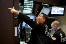 Трейдеры на торгах Нью-Йоркской фондовой биржи 7 февраля 2017 года. Американский фондовый индекс S&P 500 едва повысился по итогам торгов вторника, тогда как индексу Nasdaq удалось установить новый рекорд благодаря росту акций крупных технологических компаний, компенсировавшему падение энергетических бумаг. REUTERS/Brendan McDermid