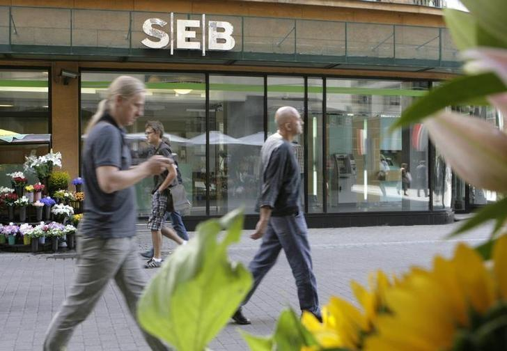 People walk past a SEB bank branch in Riga July 20, 2009. REUTERS/Ints Kalnins