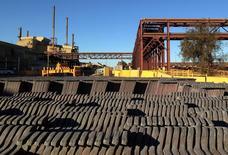 Cátodos y ánodos de cobre en la mina de cobre y uranio Olympic Dam de BHP Billiton en el sur de Australia. 24 de mayo 2016. Los precios del cobre subían el miércoles luego de que los dos mayores yacimientos del mundo informaron que paralizaciones de personal y demoras en la obtención de permisos los obligarían a recortar su producción, lo que reduciría el suministro global.    REUTERS/Sonali Paul/File photo