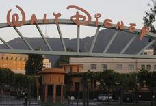 Walt Disney Company, à suivre mardi à Wall Street, a fait état mardi d'un chiffre d'affaires trimestriel en recul de 3%, en raison notamment d'une baisse des recettes publicitaires de son bouquet de chaînes sportives ESPN. /Photo d'archives/REUTERS/Fred Prouser