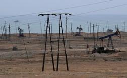 Станки-качалки под городом Сиазань в Азербайджане 20 июня 2016 года. Цены на нефть снизились на торгах в среду на фоне превысившего прогнозы роста запасов в США и ослабления спроса на сырьё в Китае. REUTERS/Maxim Shemetov