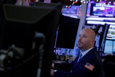 Трейдер работает на Уолл-стрит. Фондовые рынки США немного снижаются в ходе торгов среды под давлением банков и сектора здравоохранения. REUTERS/Andrew Kelly
