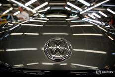 Volkswagen a fait savoir qu'il étudiait des mesures à l'encontre de son ex-président du directoire Ferdinand Piëch à la suite d'informations suivant lesquelles il avait accusé des membres du conseil de n'avoir pas réagi au scandale des tests d'émissions polluantes aux Etats-Unis. /Photo prise le 9 décembre 2016/REUTERS/Rafael Marchante